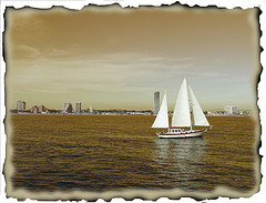 En velero a lo largo de la costa turca