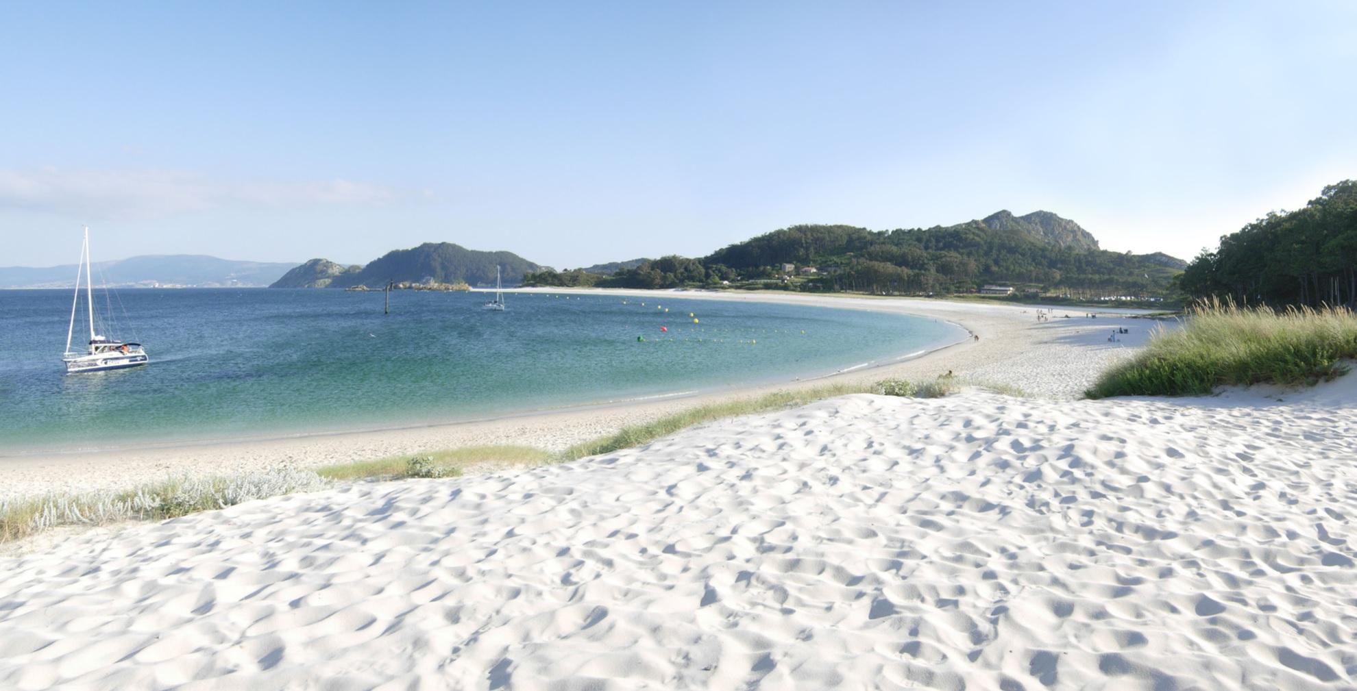 Excursiones en velero a las Islas Cíes. Conoce la mejor playa del mundo, la Playa de Rodas